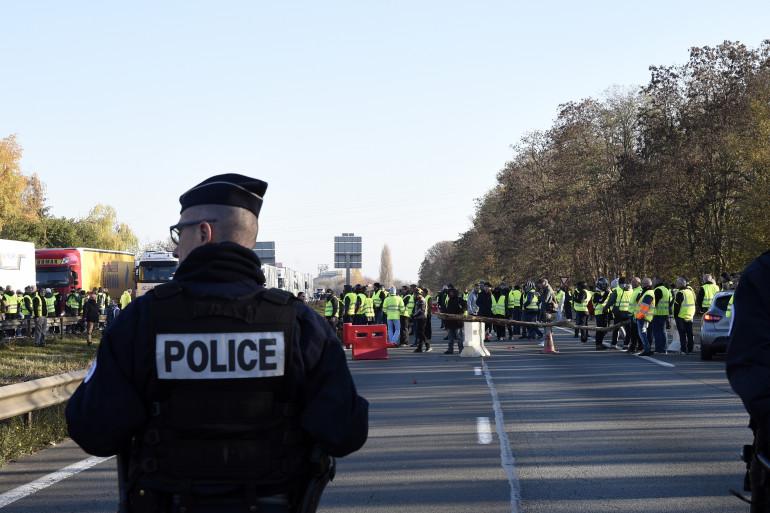 """Des policiers face à des """"gilets jaunes"""" à Valenciennes"""