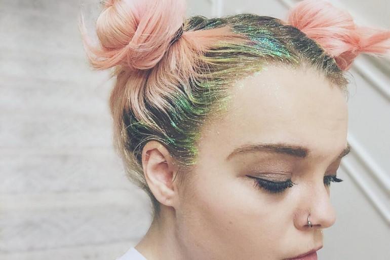 Paillettes dans les tons verts sur cheveux roses