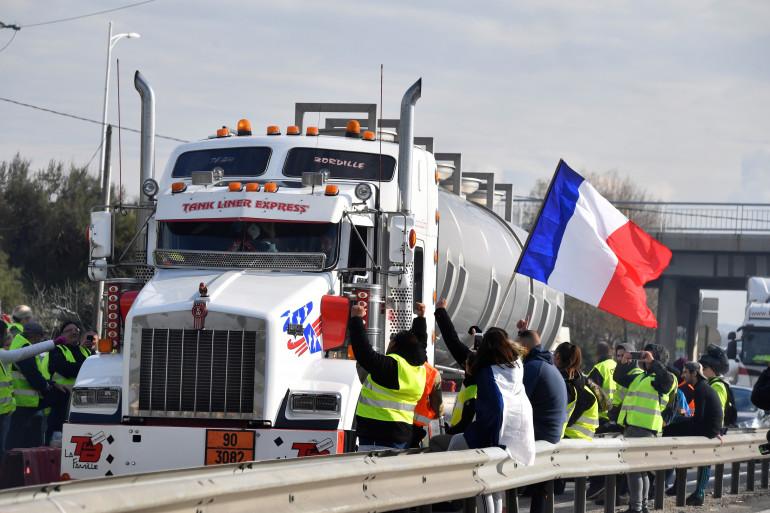 """Un camion retenu par des """"gilets jaunes"""" à Fos-sur-mer (image d'illustration)"""