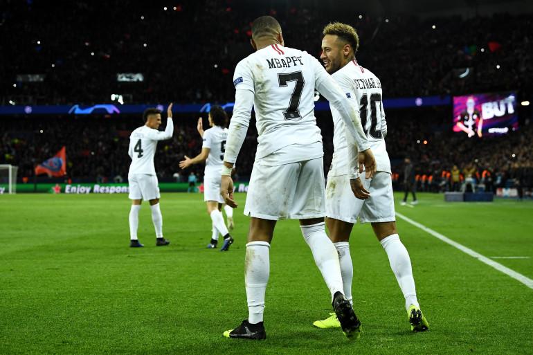 Mbappé, Neymar et les Parisiens célèbrent leur 2e but, le 28 novembre 2018 au Parc des Princes