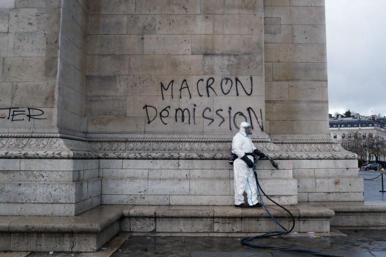 """Un tag """"Macron démission"""" sur l'Arc de Triomphe était en train d'être nettoyé ce dimanche 2 décembre"""