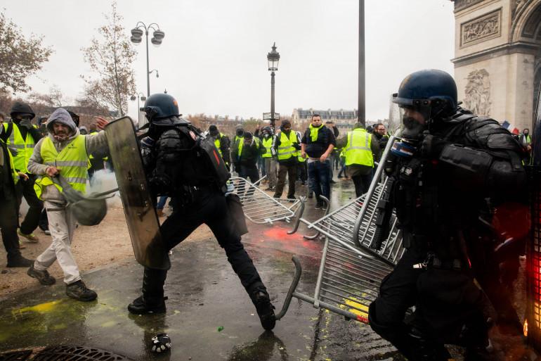 """Des CRS au contact de """"gilets jaunes"""" samedi 1er décembre 2018"""