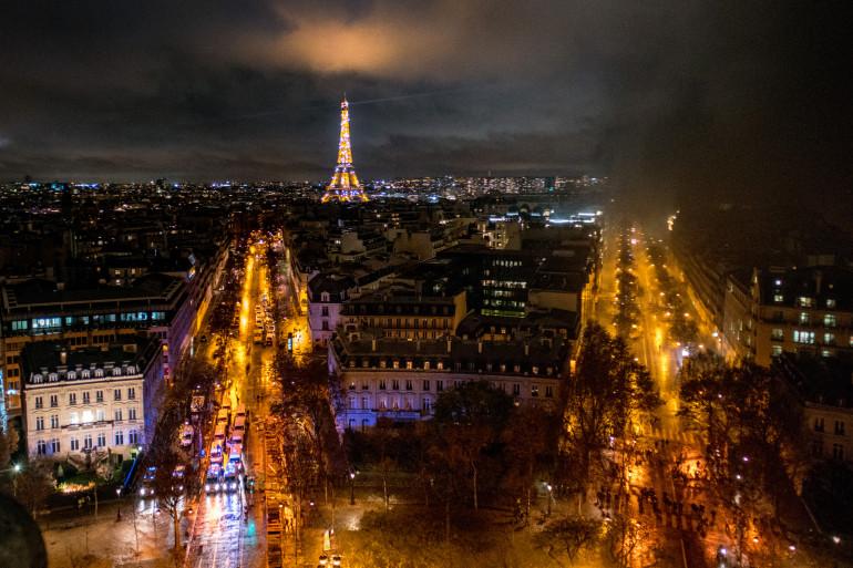 """Les rues de Paris recouvertes de fumée au soir d'une manifestation de """"gilets jaunes"""" le 1er décembre 2018"""