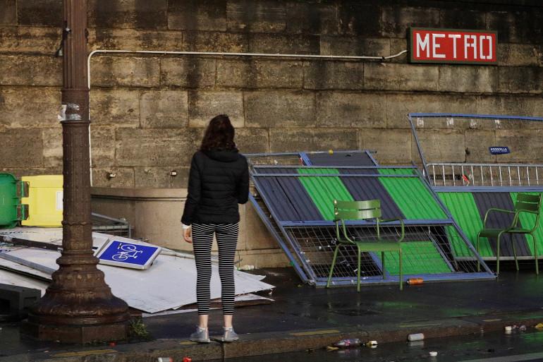 Une femme devant des dégradations sur une station de métro à Paris, le 2 décembre 2018