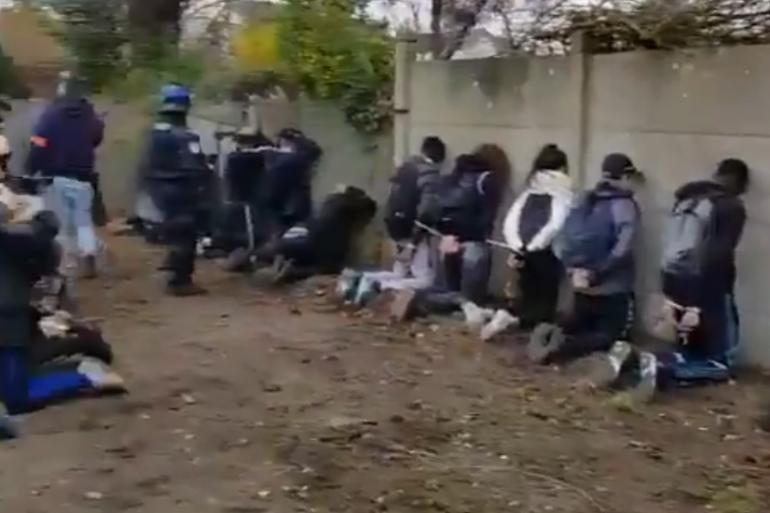 Des lycéens interpellés par les forces de l'ordre jeudi 6 décembre 2018 à Mantes-la-Jolie (Yvelines)