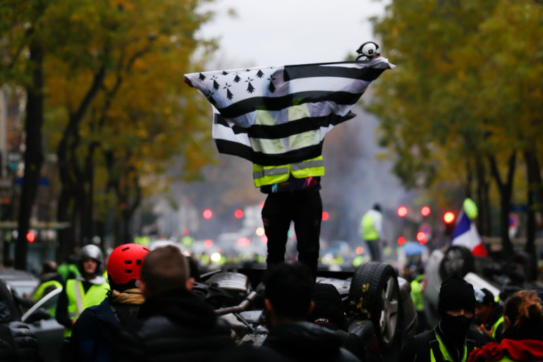 """Un drapeau breton brandi le 1er décembre 2018 à Paris pendant l'action des """"gilets jaunes"""""""