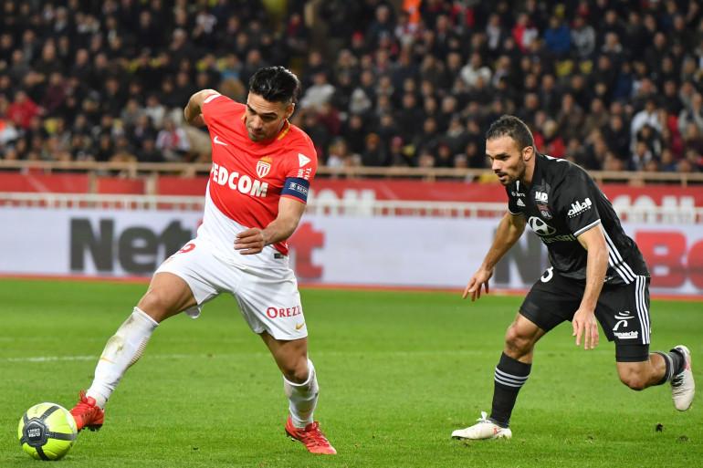 Le Monégasque Radamel Falcao face au Lyonnais Jérémy Morel le 4 février 2018