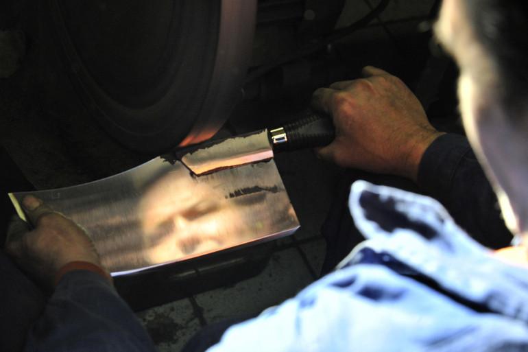Un homme polissant une feuille de boucher (illustration)