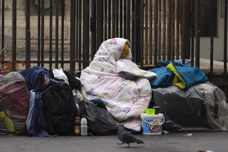 Plus d'une centaine de sans-abri occupe un gymnase près de l'Elysée