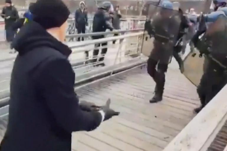 """Un homme vêtu de noir a boxé un gendarme lors de l'acte 8 des """"gilets jaunes"""", samedi 5 janvier"""