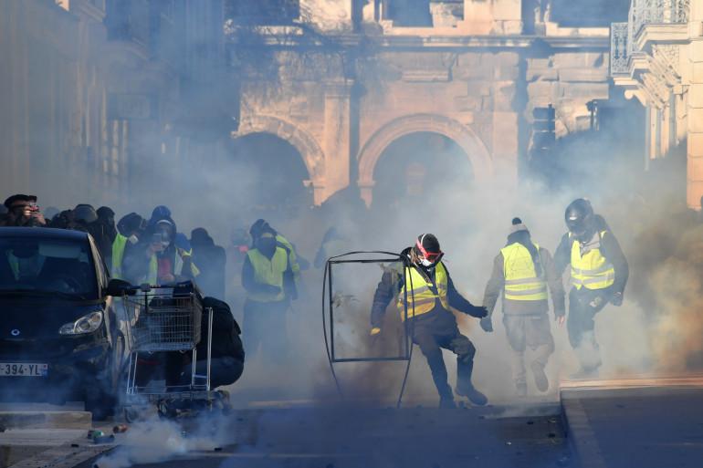 """Des échauffourées entre """"gilets jaunes"""" et forces de l'ordre à Nîmes"""