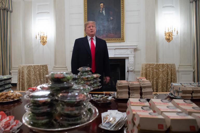 Donald Trump a accueilli  les joueurs de l'équipe de football des Clemson Tigers avec des pizzas et des hamburgers.