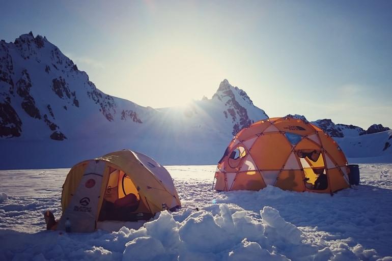 Au sommet d'une montagne, en plein hiver