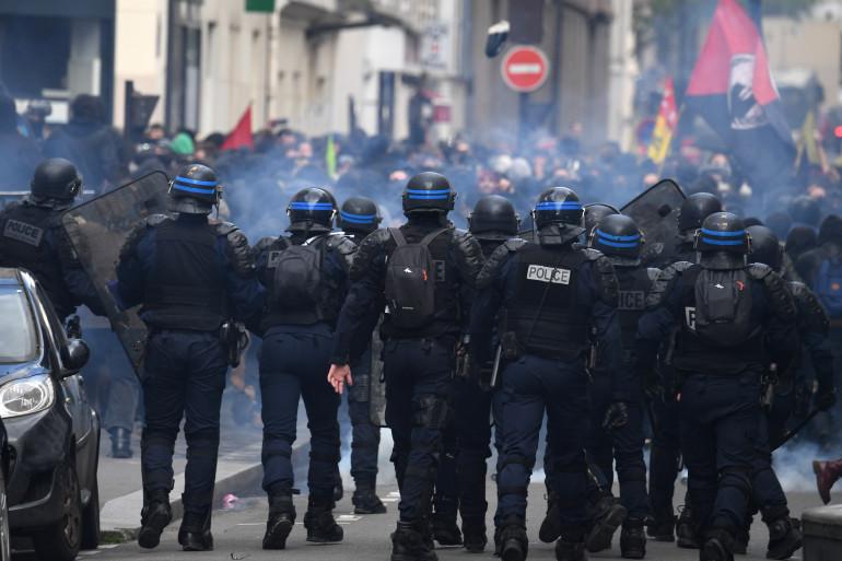 """Des policiers mobilisés lors d'une manifestation des """"gilets jaunes"""""""