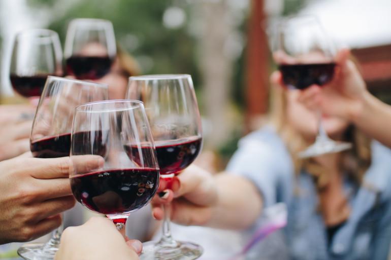 Un groupe de jeunes en train de consommer de l'alcool (illustration)