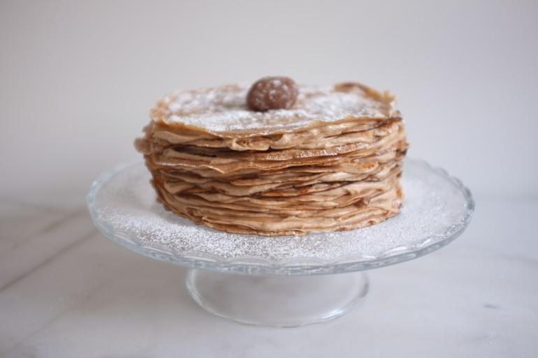 Si il faut un peu de temps de repos pour la pâte à crêpe, puis pour le gâteau, il est très simple à réaliser