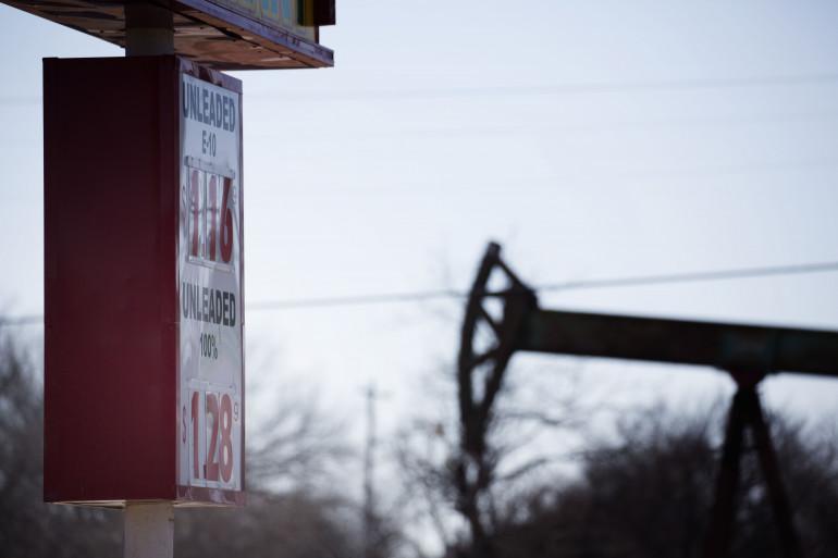 Une station service, près d'un puits de pétrole dans l'Oklahoma