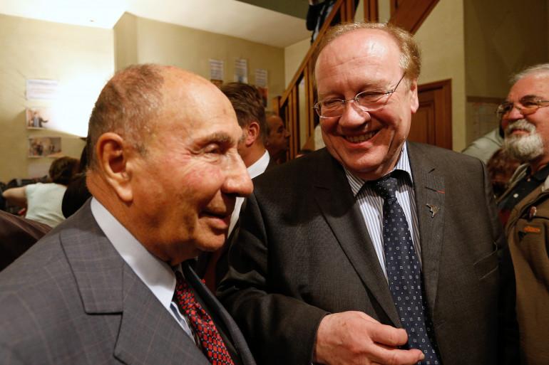L'ancien maire de Corbeil-Essonnes, Jean-Pierre Bechter (à droite), au côté de Serge Dassault.