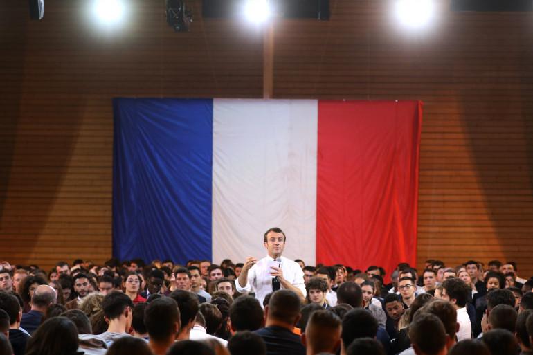 Emmanuel Macron lors d'une réunion avec un millier de jeunes