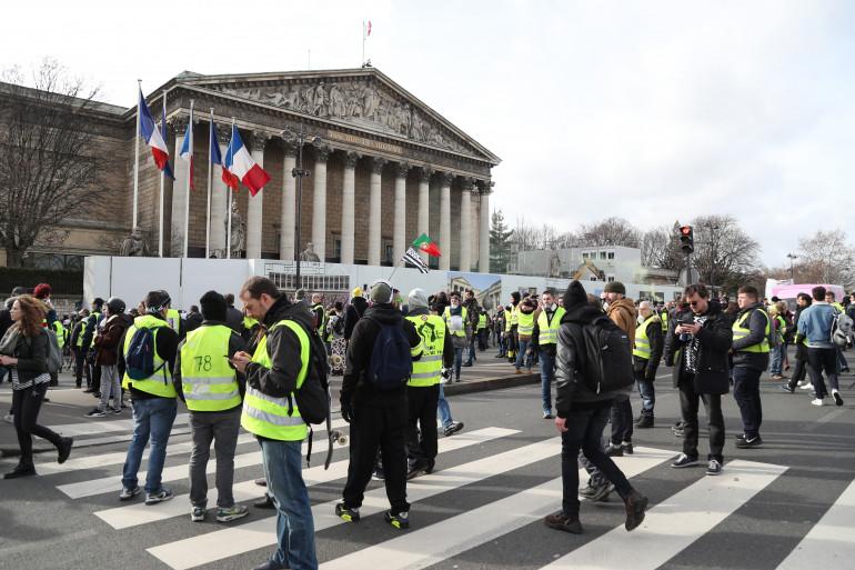 """Des """"gilets jaunes"""" devant l'Assemblée nationale samedi 9 février 2019"""