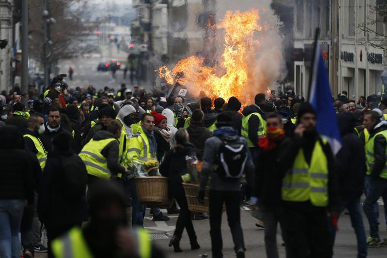 """Des """"gilets jaunes"""" manifestent à Rouen le 5 janvier 2019."""