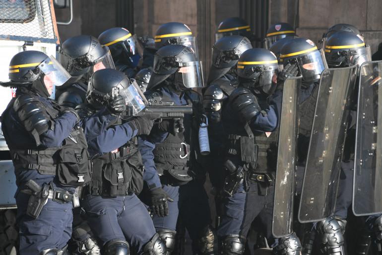 """Des policiers mobilisés à Toulouse, lors d'une manifestation de """"gilets jaunes"""" le 23 février 2019"""