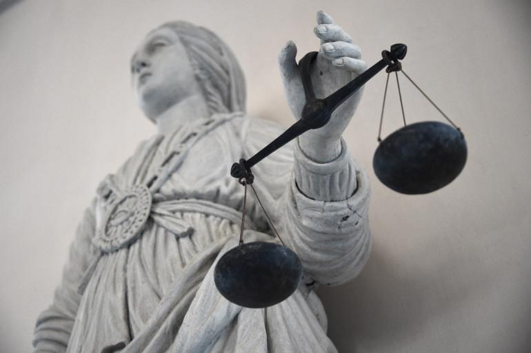 Une statue de la déesse de la justice équilibrant les échelles (illustration)