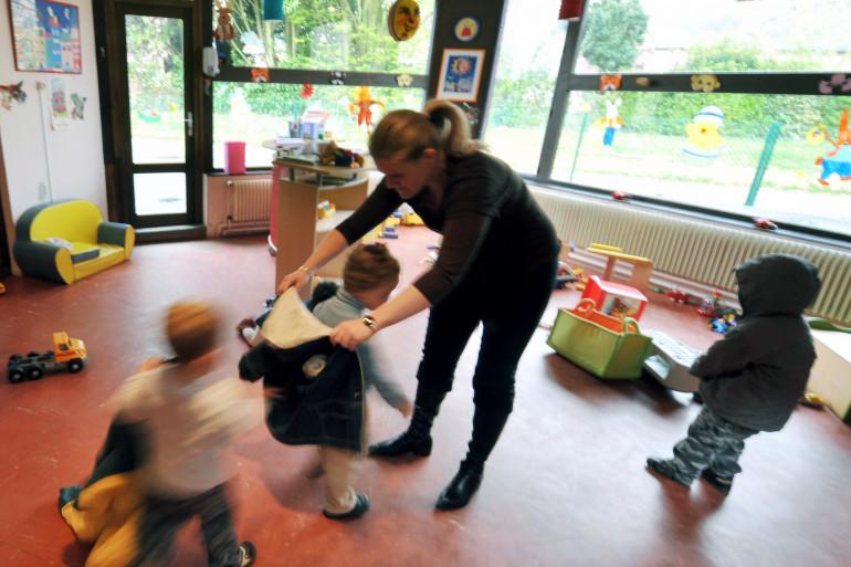 Une assistante maternelle avec des enfants (photo d'illustration).