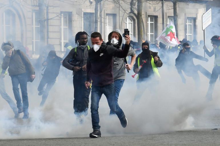 """Des manifestants à Nantes, lors de l'acte 16 des """"gilets jaunes"""" le 2 février"""