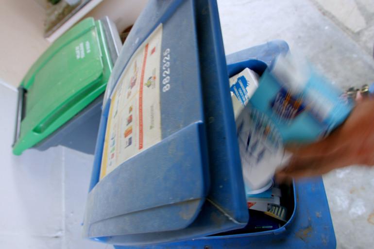 Une personne jette une boîte de lait vide dans une poubelle réservée au tri sélectif des déchets ménagers, le 10 octobre 2005, à Toulouse.