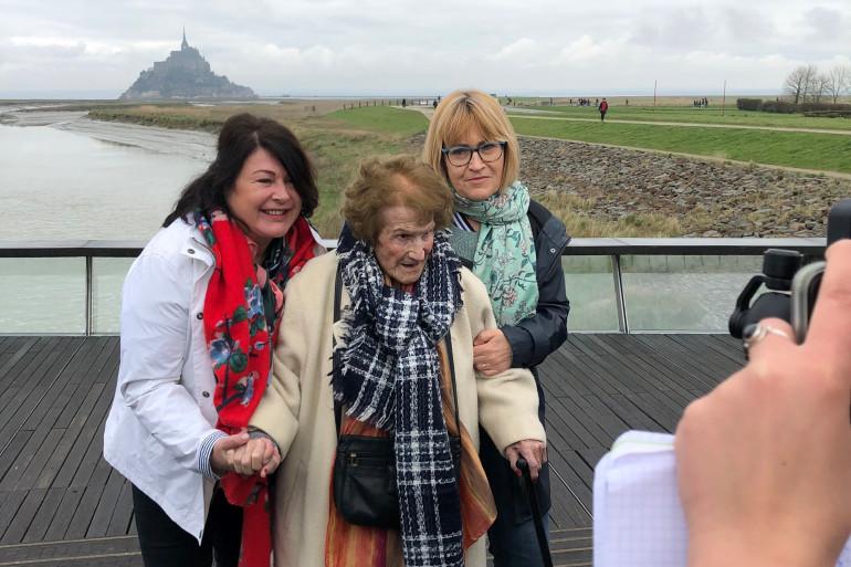 Maryse et ses accompagnatrices posent devant le Mont Saint-Michel