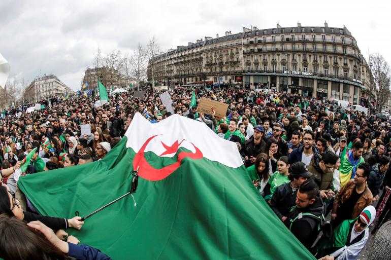 Les couleurs de l'Algérie sont logiquement visible au quatre coin de la place de la République, le 24 mars 2019