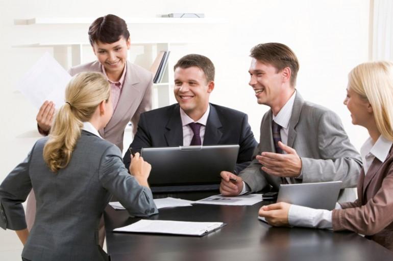 Des travailleurs durant une réunion