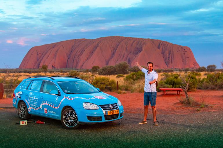 Le Néerlandais Wiebe Wakker en Australie pendant son tour du monde en voiture électrique