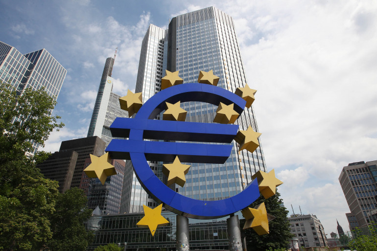 Le logo de l'euro devant la Banque mondiale européenne, à Francfort (Allemagne)