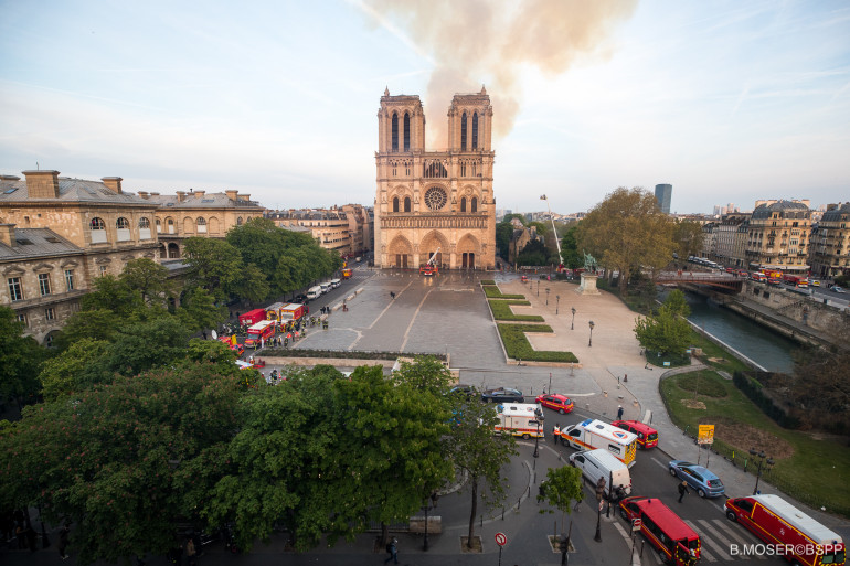 Plus de 400 pompiers ont été mobilisés pour lutter contre l'incendie de la cathédrale Notre-Dame de Paris.