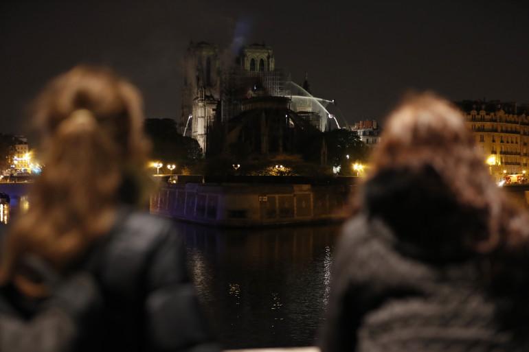 Deux personnes face à Notre-Dame, en proie à un terrible incendie lundi 15 avril 2019