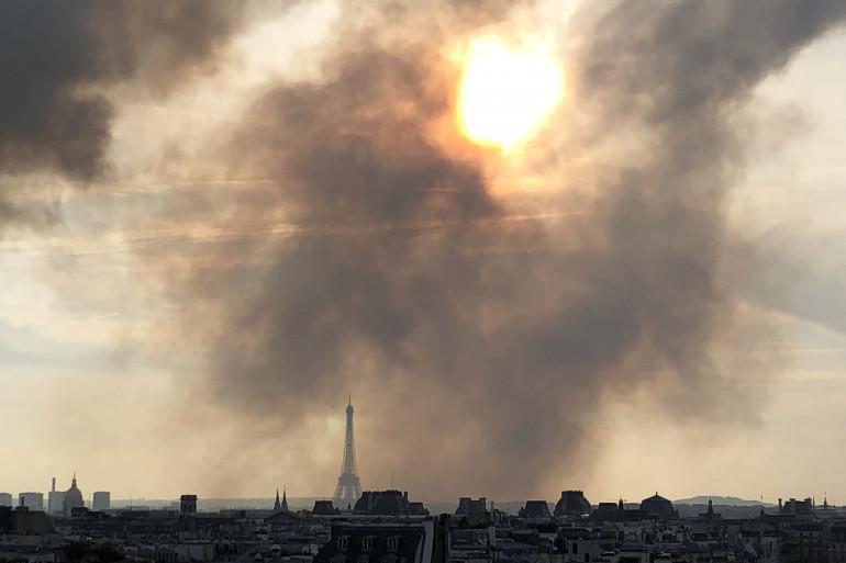 Une nuage de fumée généré par l'incendie de Notre-Dame de Paris, le 15 avril 2019