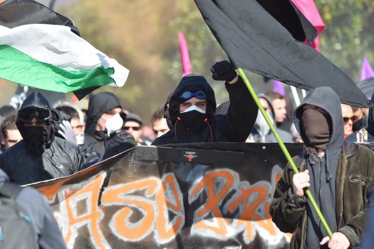 Des membres d'un black bloc à Nantes le 9 octobre 2018
