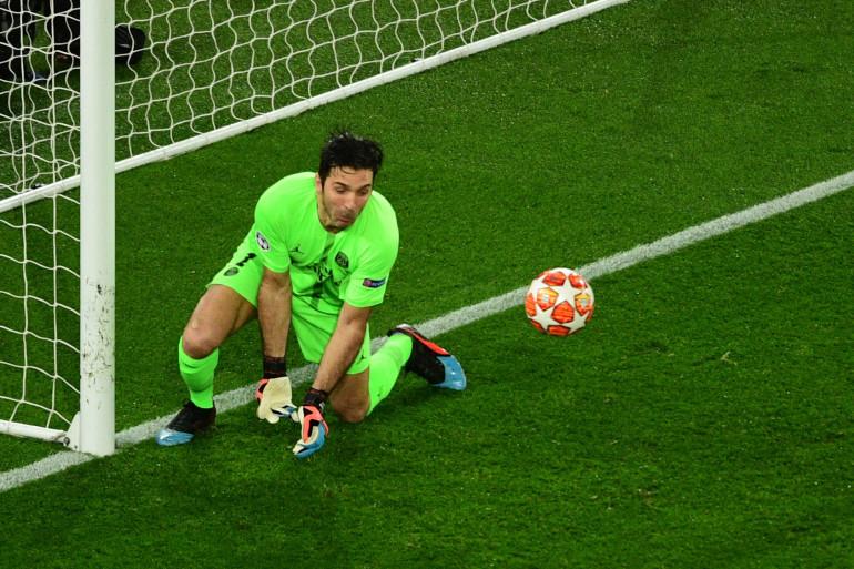 Gianluigi Buffon part à la faute contre Manchester United le 6 mars 2019 au Parc des Princes