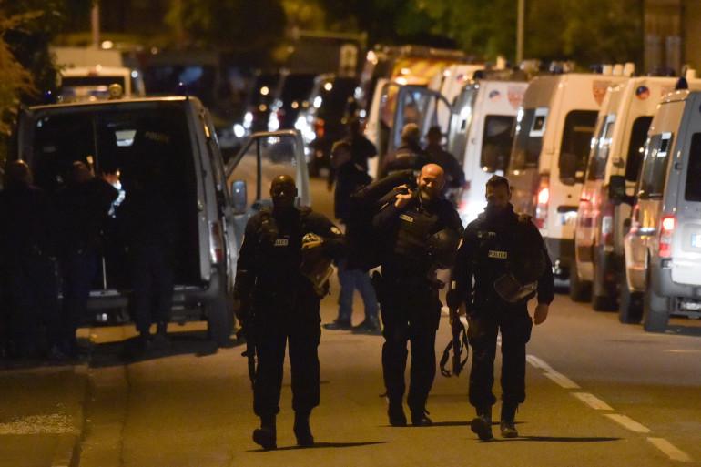 Des policiers lors de la prise d'otages d'un tabac presse à Blagnac (Haute-Garonne), le 7 mai 2019
