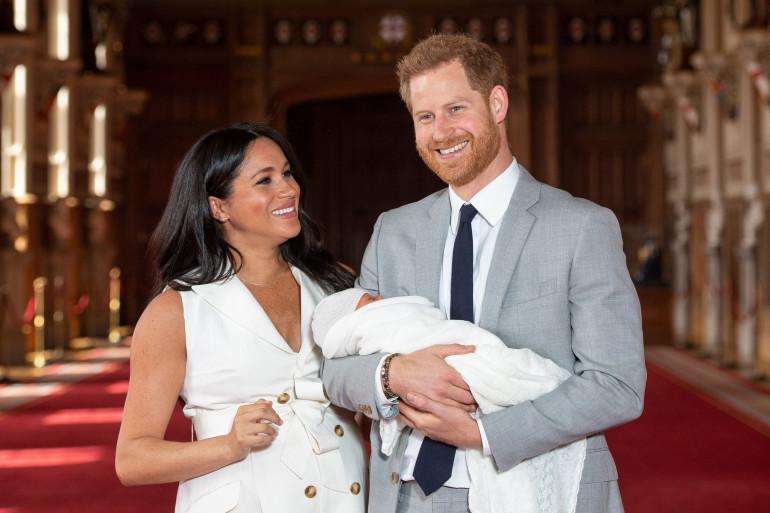 Meghan Markle et le prince Harry tout sourire avec leur premier enfant Archie, le 8 mai 2019