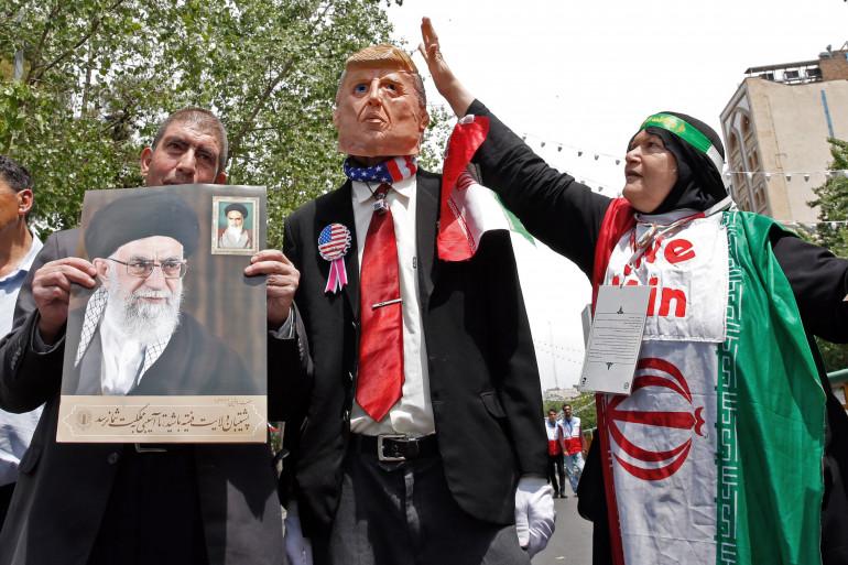 Le portrait du chef de l'État iranien Ali Khamenei aux côtés d'une effigie de Donald Trump, lors d'une manifestation à Téhéran (Iran), le 10 mai 2019