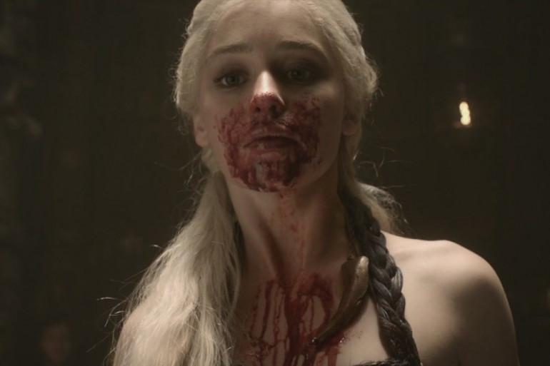 Daenerys après avoir dégusté un cœur de cheval dans la saison 1