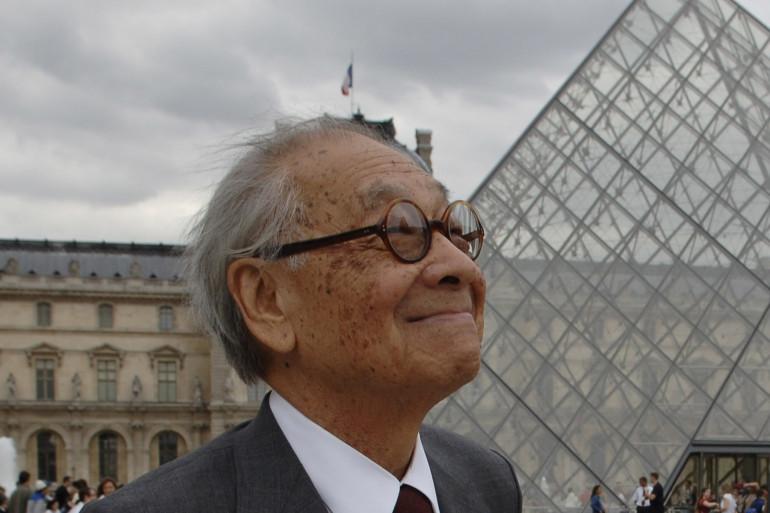 L'architecte sino-américain Ieoh Ming Pei devant la Pyramide du Louvre en 2006