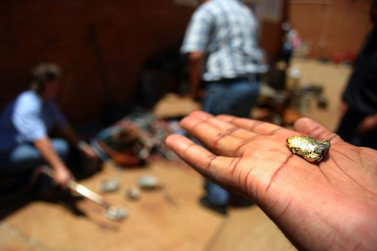 Un homme tient une pépite d'or en Afrique du Sud (illustration)