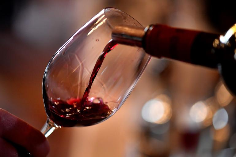 Un sommelier servant du vin (illustration)