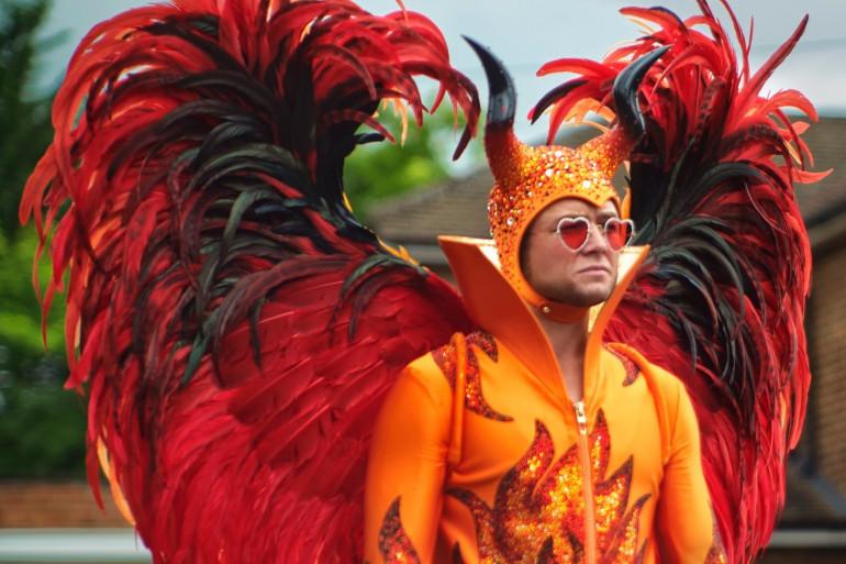 """Taron Egerton sous le costume d'Elton John dans """"Rocketman"""""""