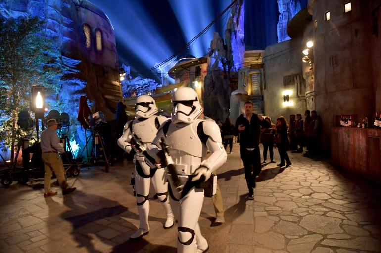 Des Stormtroopers envahissent Dineyland à Anaheim, en Californie