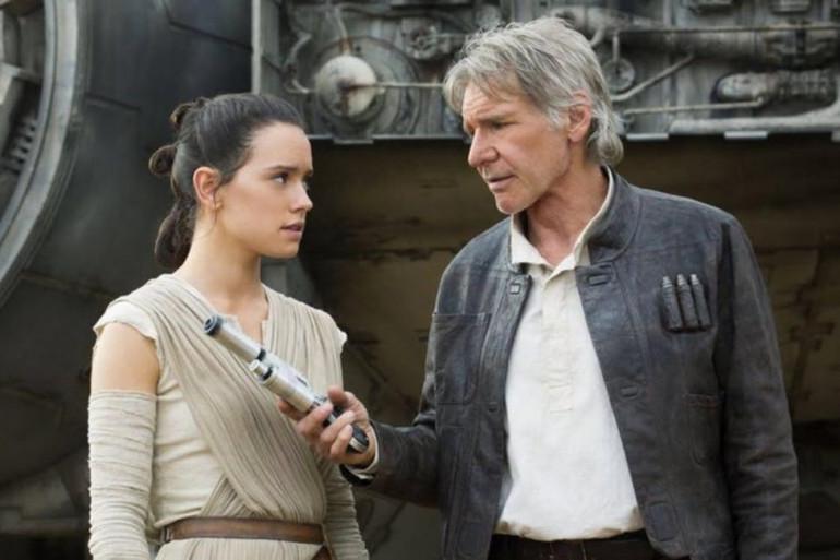 """Rey et Han Solo devant le Faucon Millenium dans """"Star Wars 7"""""""